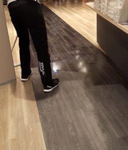 skure og bone gulvet