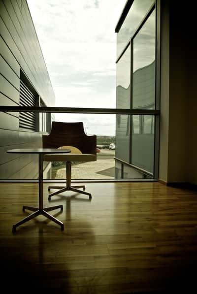 bilde av et tomt kontor med en stol og et bord samt utsikt