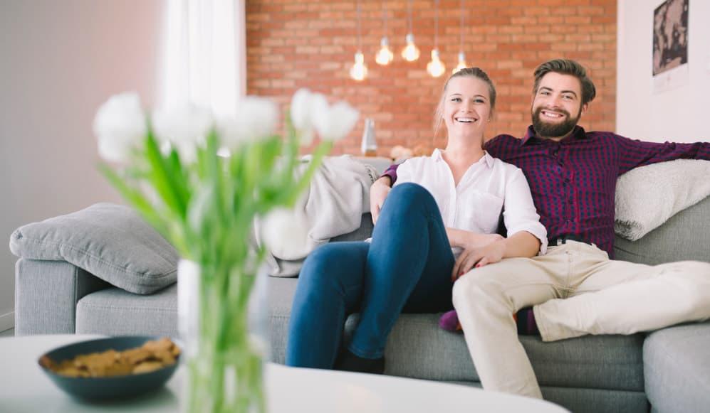 bilde av en mann og dame som sitter i sofaen